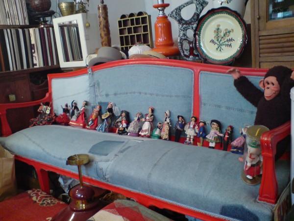 בוט או קאיי: בובות על ספה משוחזרת בחנות העתיקות של אלואיז