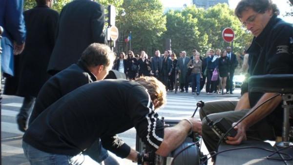 הרבה אנשים מחכים לרמזור. Place de la Madeleine