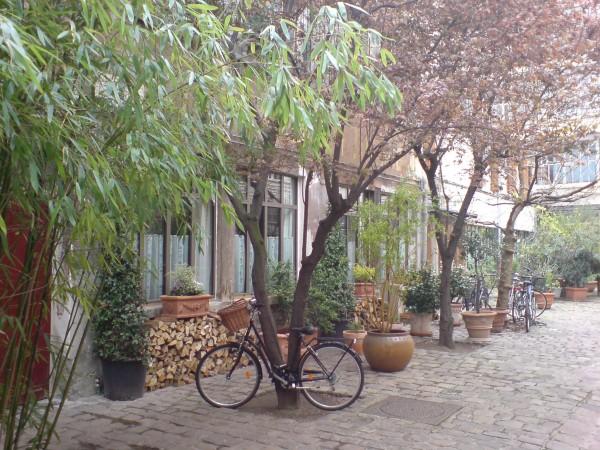 אופניים קשורות בחצר פנימית ב-rue de Charrone