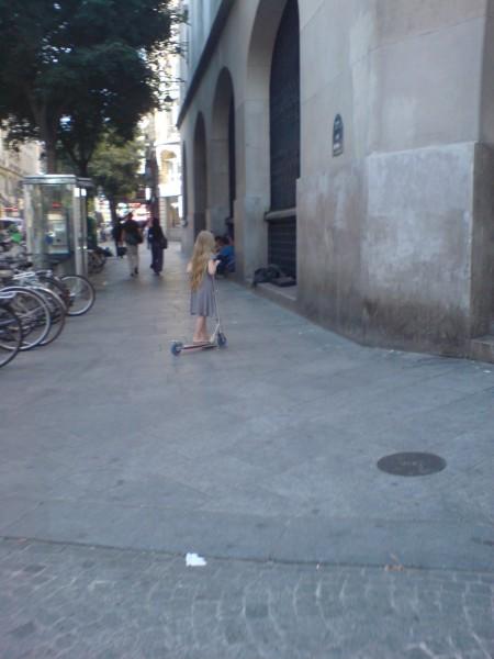 ילדה על קורקינט ברחוב מונמרטר. לה מרשים לערבב