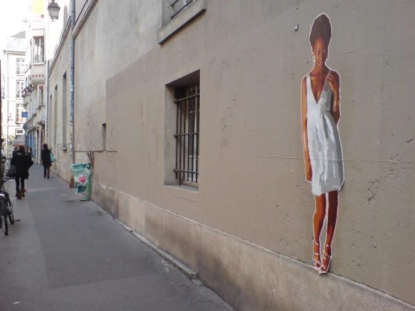 נערת נייר פריזאית ברחוב במארה