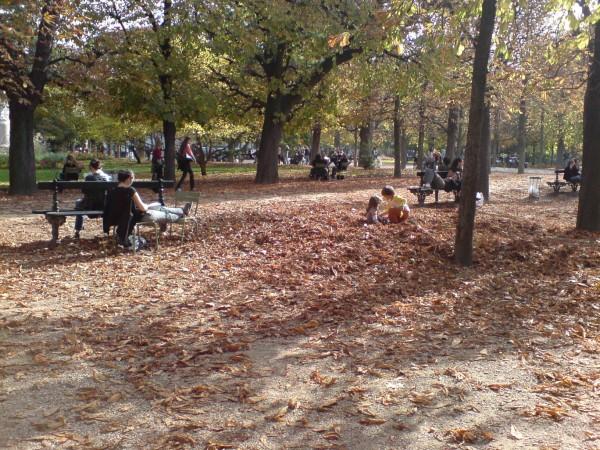 ילדים משחקים בעלי השלכת שהתייבשו פתאום. גני לוקסמבורג