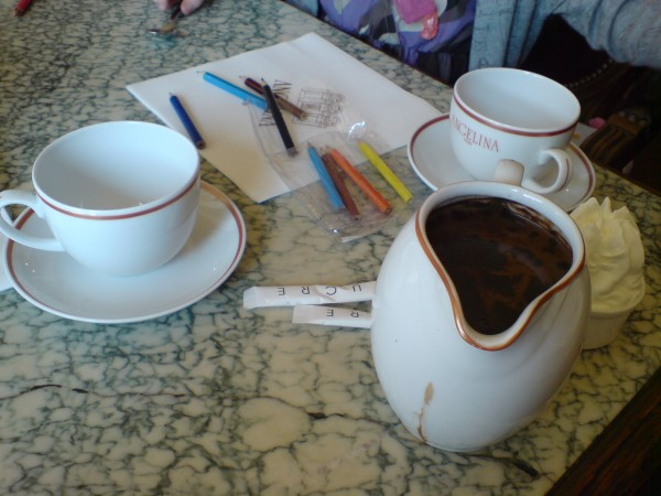 Angelina. Chocolat chaud et qq crayons