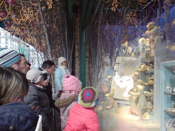 חג המולד מול חלונות הגלרי לאפייט. מסורת זו מסורת