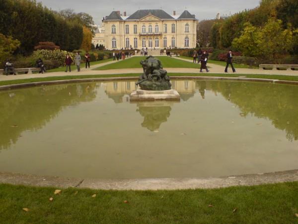 מבט מקצה הגנים למוזיאון. Jardin de Rodin