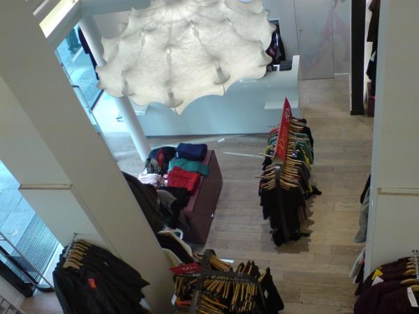 לא מאוד אוהבים כאן כשמצלמים בחנויות. בסיילים עוד פחות